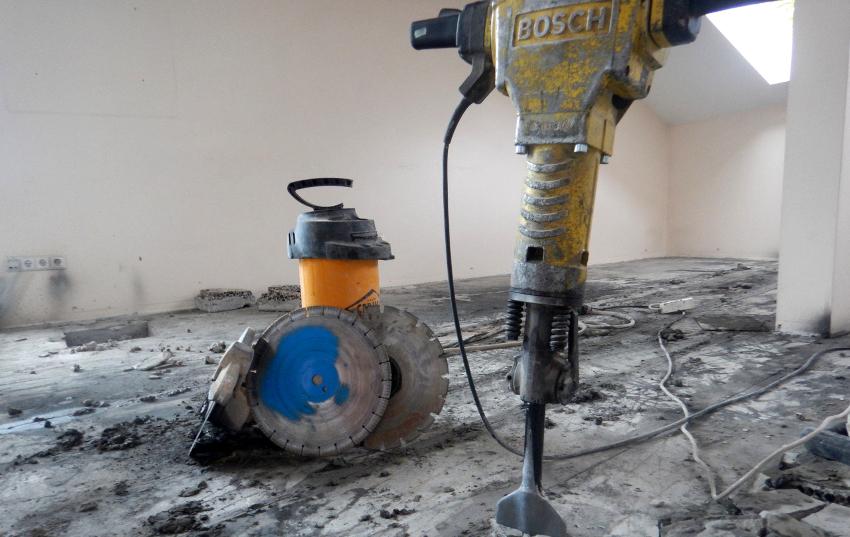Если толщина стяжки пола в квартире превышает 3 см, демонтаж основания выполняется с привлечением специальных агрегатов