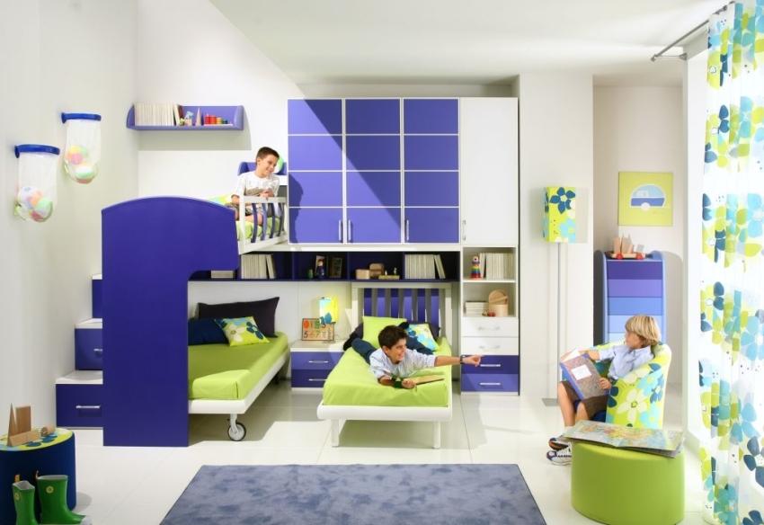 В зависимости от возраста мальчика, перед родителями стоят разные задачи в распределении пространства детской комнаты