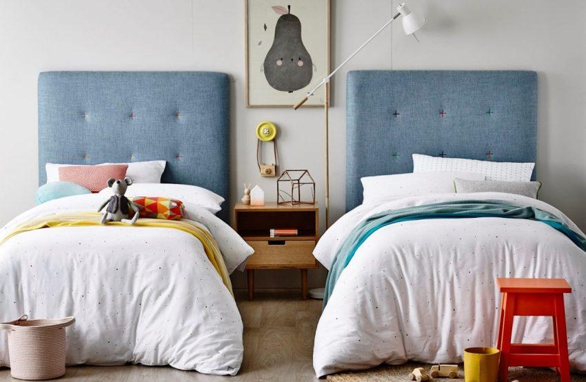 Кровати, установленные параллельно и разделенные лишь прикроватной тумбой или небольшим комодом станут отличным вариантом для небольшого помещения