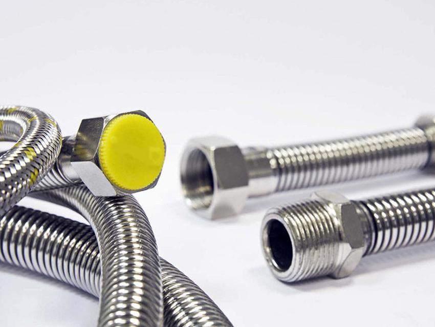 Сильфонный газовый шланг считается наиболее надежным для подключения варочной поверхности к центральному газоснабжению