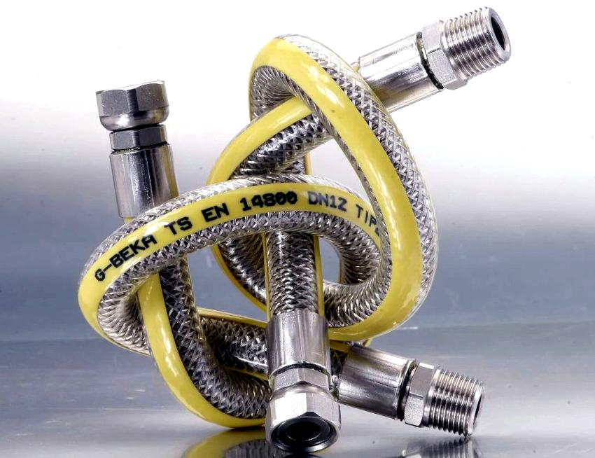 По внешнему виду шланг для подключения газовой плиты очень похож на водопроводный