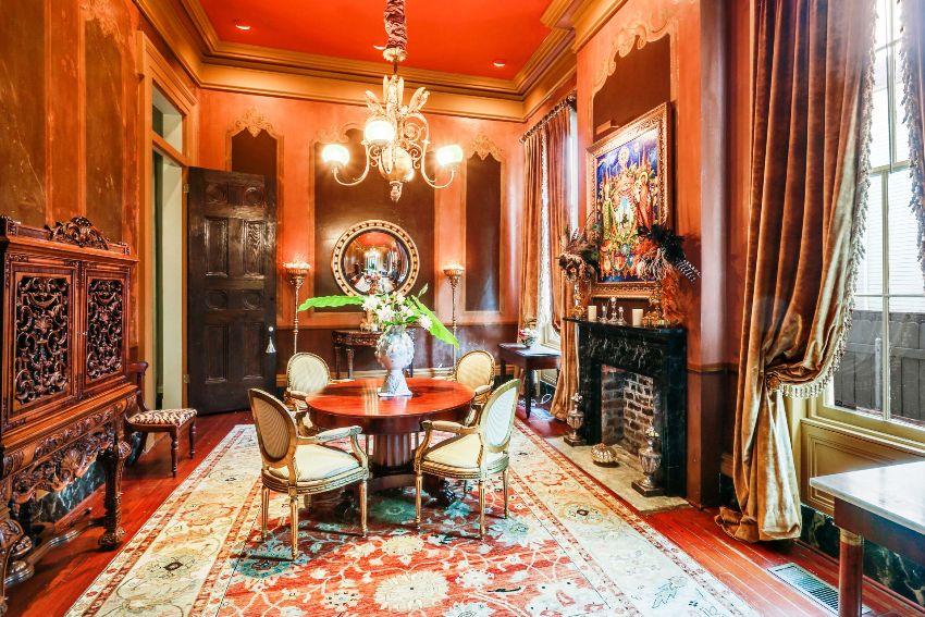 Стены могут быть покрашены и декорированы лепными элементами: колоннами, полуколоннами, пилястрами, панелями, фризами и молдингами