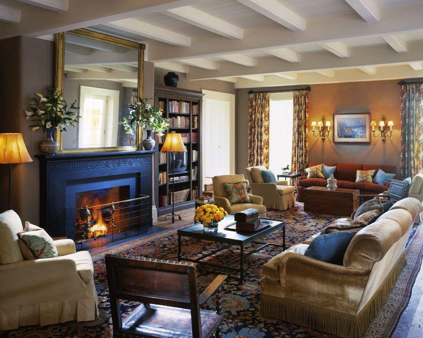Стенка в классическом стиле не перегружает мебель, а лишь подчеркивает красоту стилистической композиции