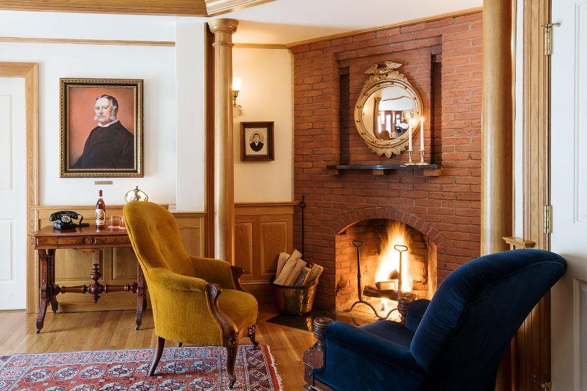 Вся обстановка гостиной в классическом стиле должна состоять из добротных, качественных материалов и предметов мебели