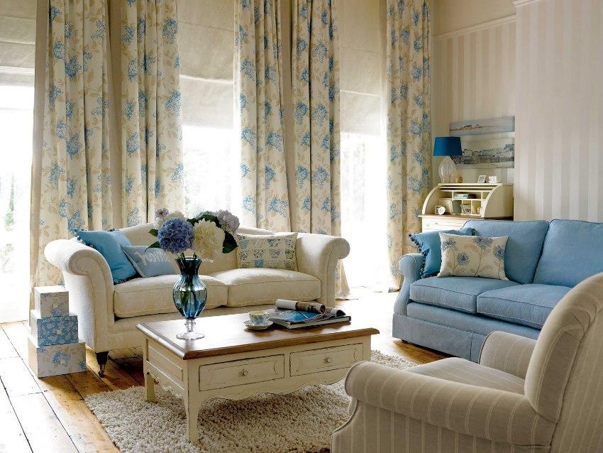 При обустройстве гостиной в неоклассическом стиле можно остановиться на недорогих аналогах отделочных материалов