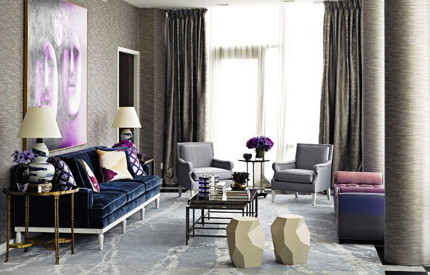 В интерьере гостиной в неоклассическом стиле могут соседствовать разные направления