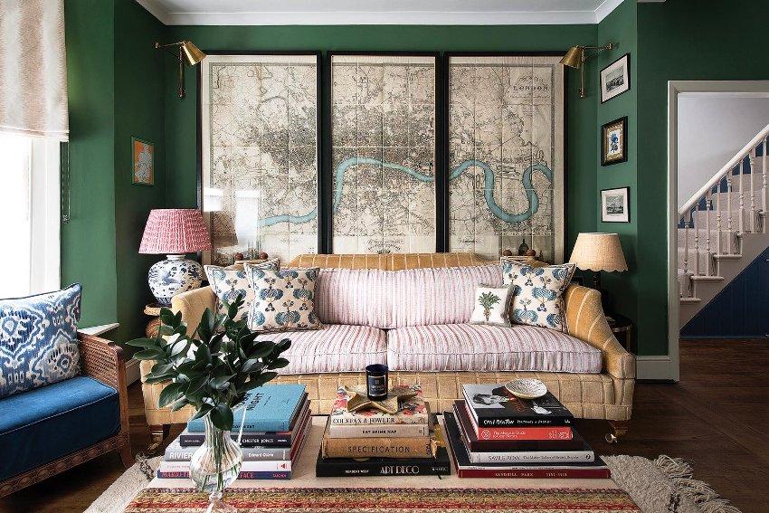 Добавить в интерьер гостиной в классическом стиле выразительности и благородства можно с помощью зеленого, бордового и коричневого цветов