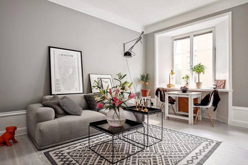 Оживить скучный серый интерьер гостиной можно с помощью декора