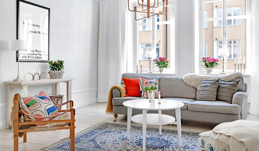 В просторной гостиной можно найти место для небольшого обеденного стола