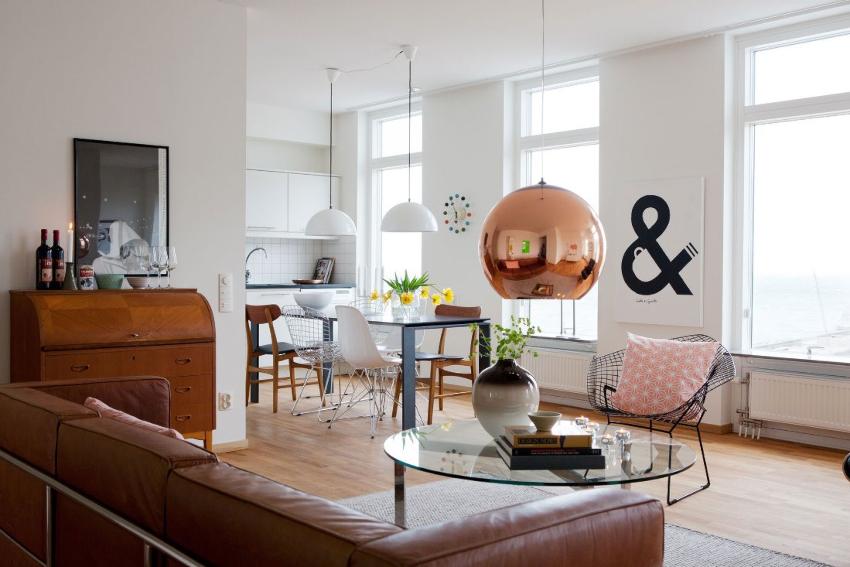 Для создания оригинальной обстановки при оформлении интерьера кухни-гостиной рекомендуется использовать кухонный гарнитур белого цвета