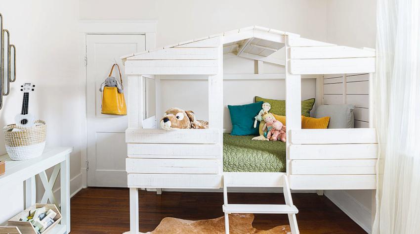Особое внимание следует уделить выбору безопасных стульев, столов и кроватей