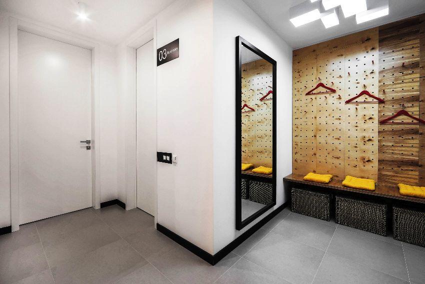 Для того чтобы оформить потолок в прихожей дизайнеры рекомендуют выбирать самые простые и универсальные решения