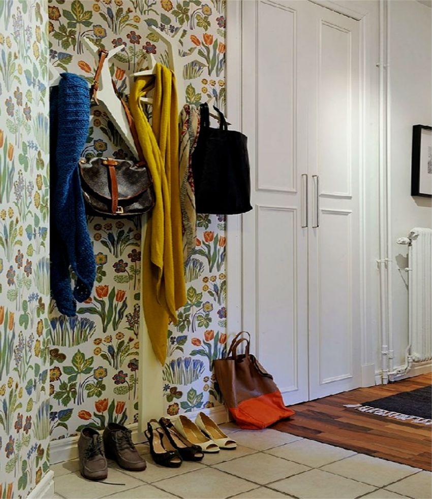 Можно оформить стены монотонными светлыми обоями, а одну из стен выделить с помощью цветных обоев