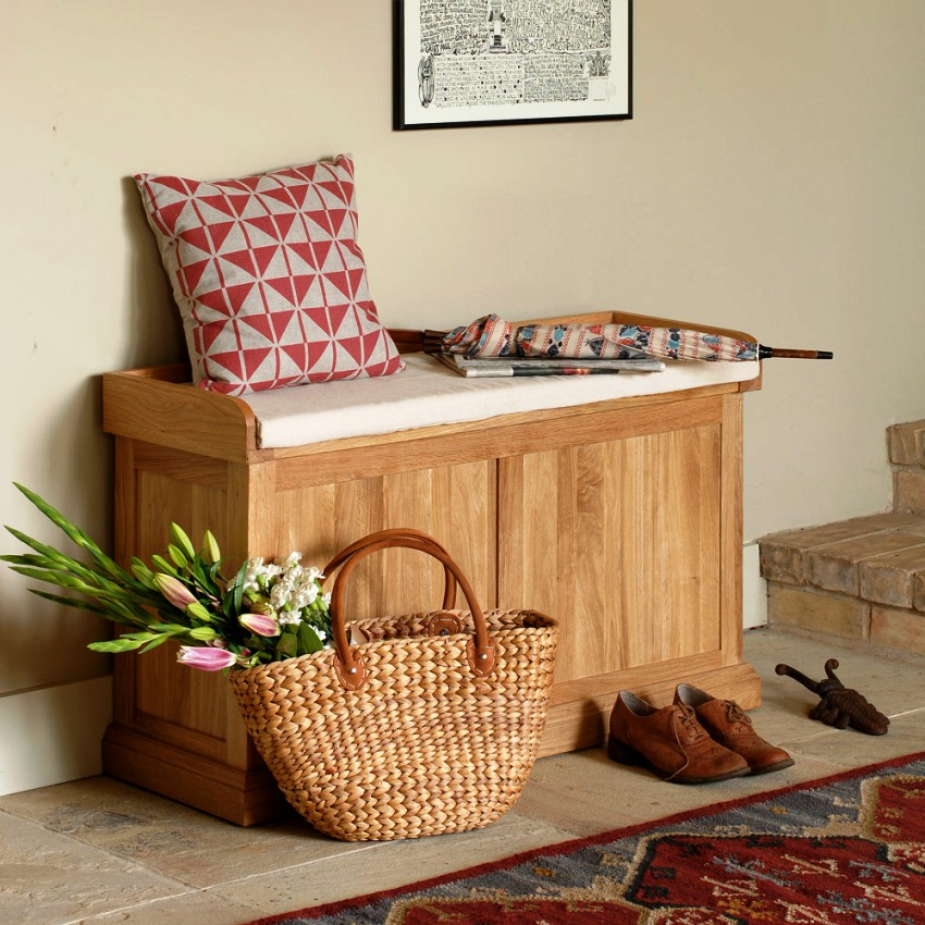 В качестве мебели для прихожей часто используют комод, который может применятся и как место для сидения