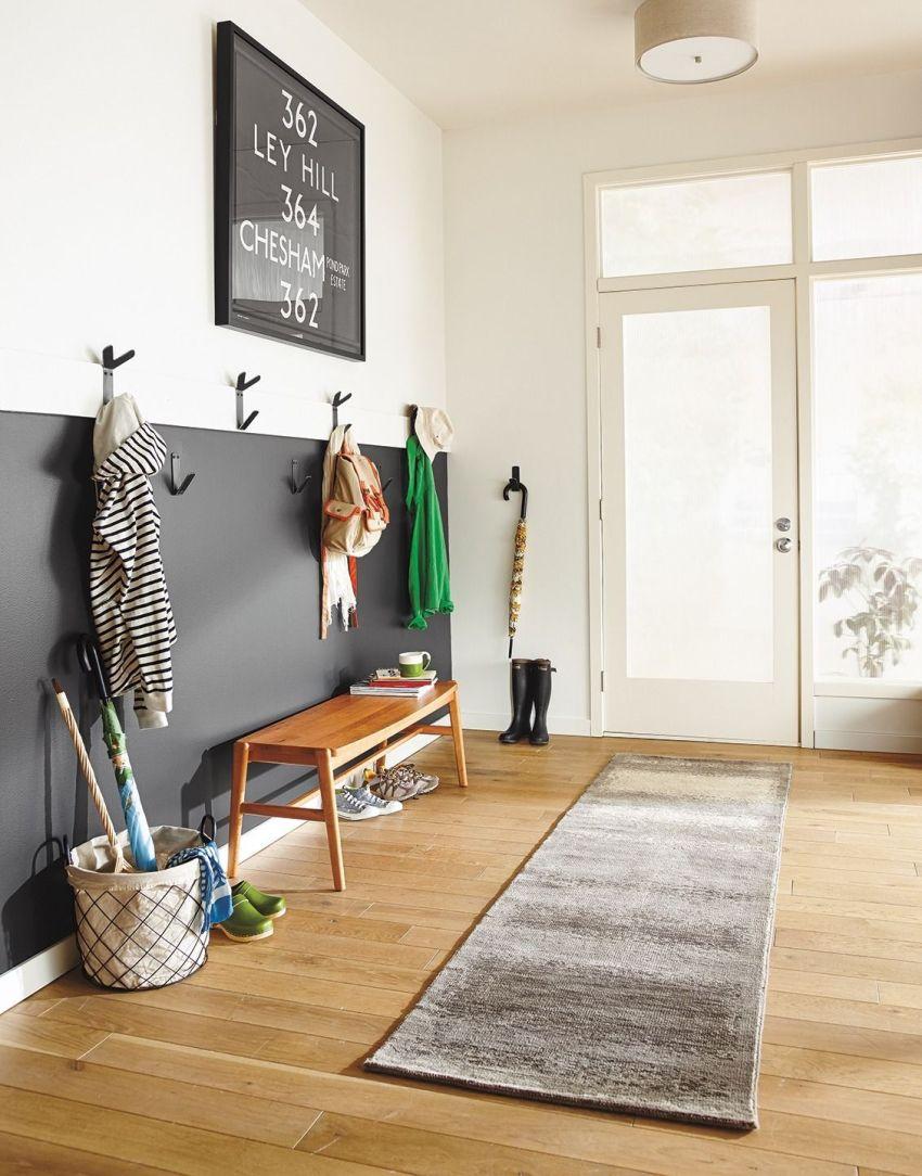 При оформлении стен в прихожей дома возможно использование такого дизайнерского приема, как комбинирование отделочных материалов