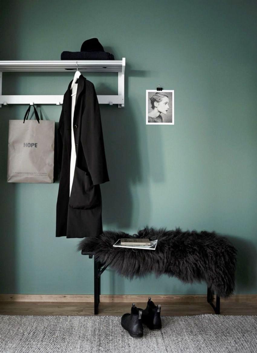 Самым простым и доступным способом отделки стен в прихожей считается использование обоев