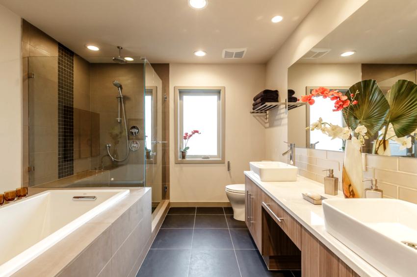 Интерьер современной ванной комнаты создается в соответствии с выбранным стилем и с учетом личностных предпочтений обитателей дома