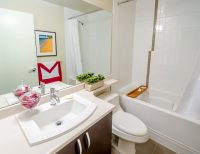 Из маленькой ванной рекомендуется убрать декоративную косметику, лишние бутылки с шампунем и гелем для душа