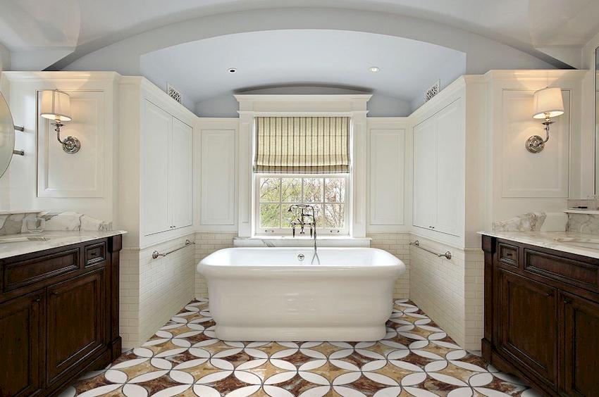 Ванную в стиле кантри нередко выбирают владельцы частных загородных домов