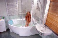 Если помещение маленькое, то лучше отказаться от полноценной ванны в пользу душевой кабины