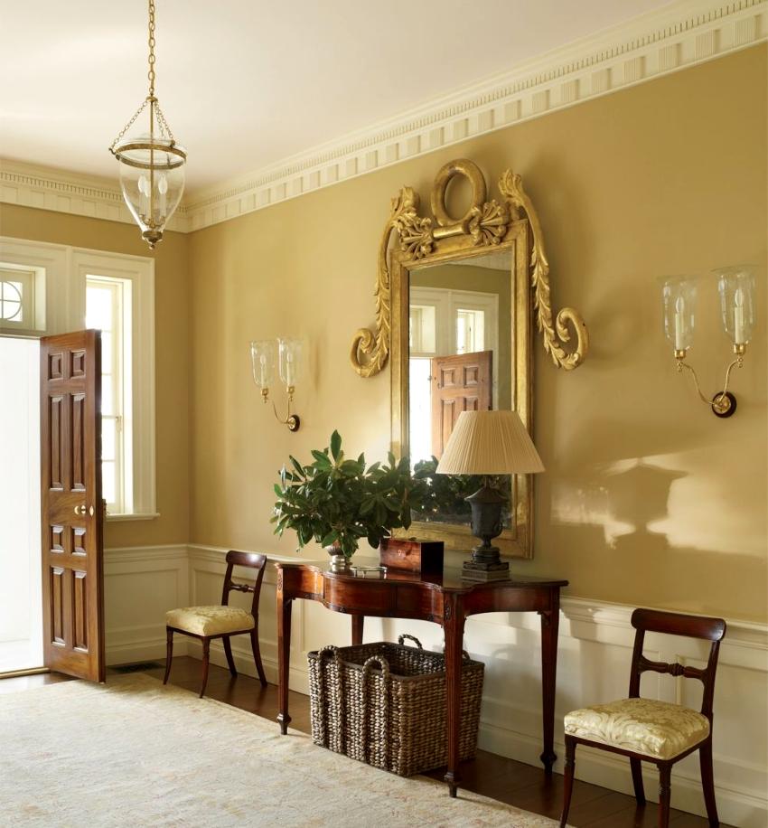 Большое зеркало в оригинальной раме – элегантное дополнение в дизайне красивой прихожей