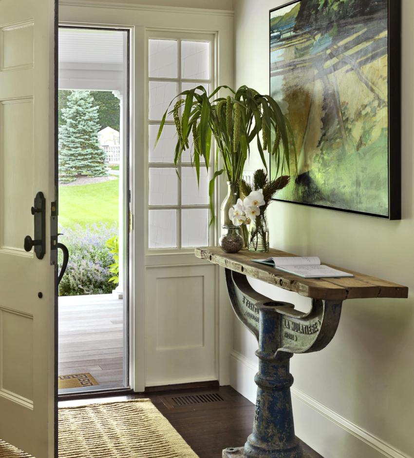 Добавить коридору света можно, если в двери поместить стеклянные вставки