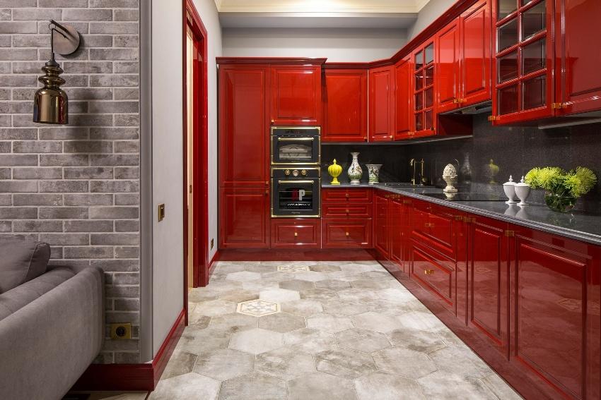 Правильно дозируя количество красного цвета, удастся визуально расширить границы кухни
