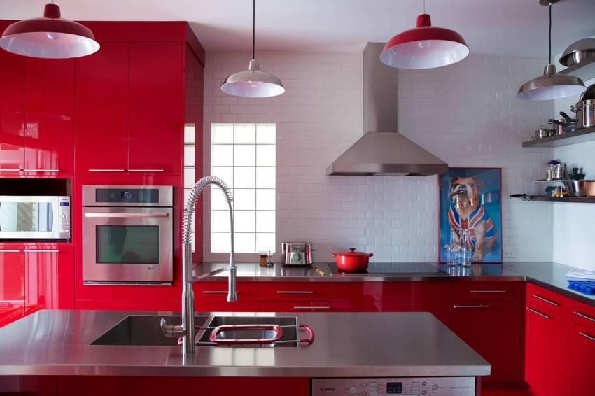 Если отделка стен имеет нейтральный цвет, то вполне допустим красный кухонный гарнитур