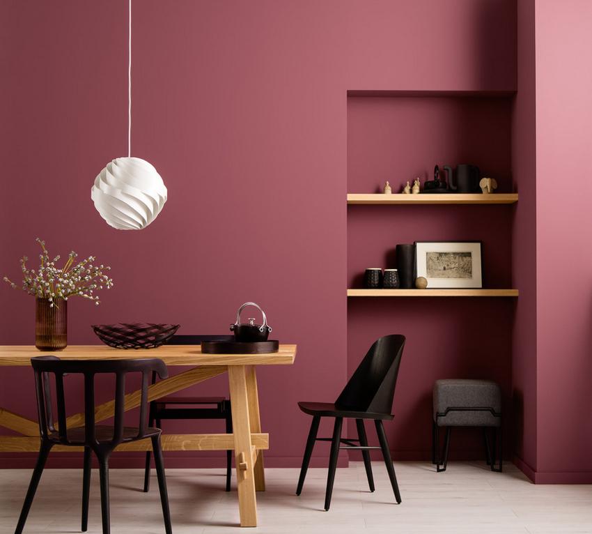 Бордовые оттенки могут создать эффект тесноты в комнате и существенно затемнить интерьер