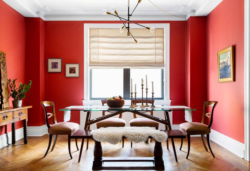С учетом насыщенности красных стен потолки должны быть максимально сдержанными
