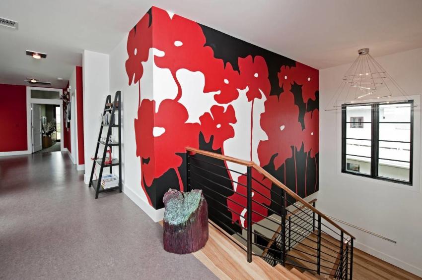 Сочетание красно-черных цветов можно использовать в помещениях большого размера