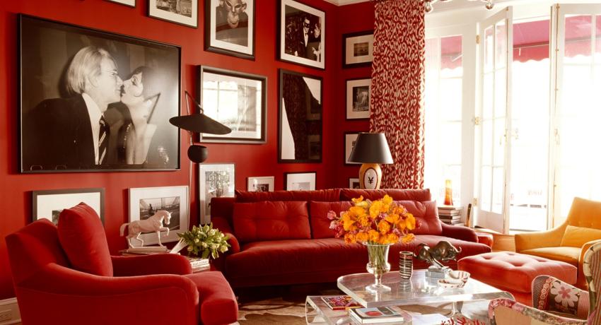 Обои под покраску имеют белую поверхность, после отделки стен они окрашиваются в красный цвет