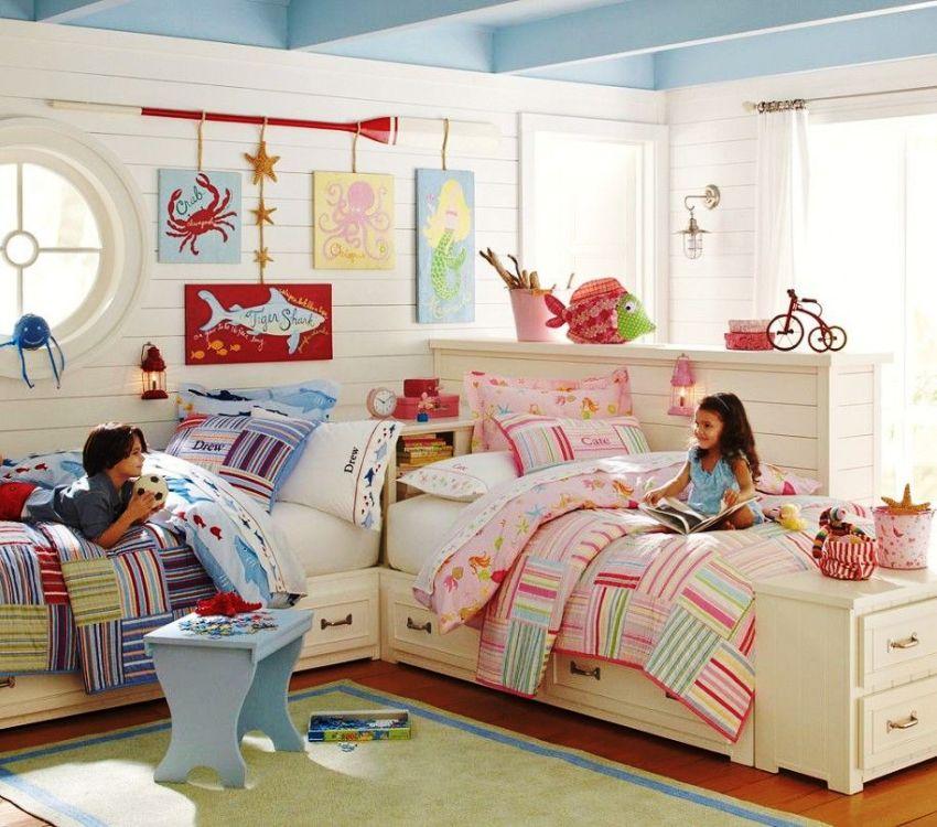 Если в одной детской вместе живут и девочка, и мальчик, желательно максимально увеличить пространство между их кроватями