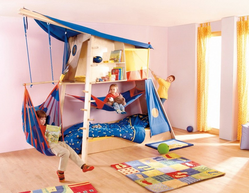 Спортивный комплекс лучше устанавливать в просторную детскую комнату, так как он занимает достаточно много места