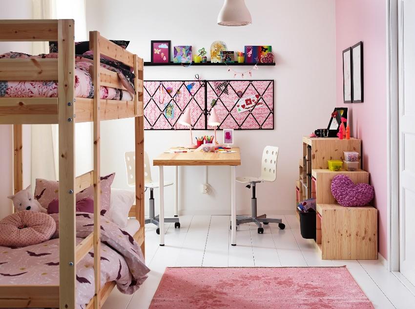Если в семье две девочки, для оформления комнаты нужно обращать внимание на текстиль и декор
