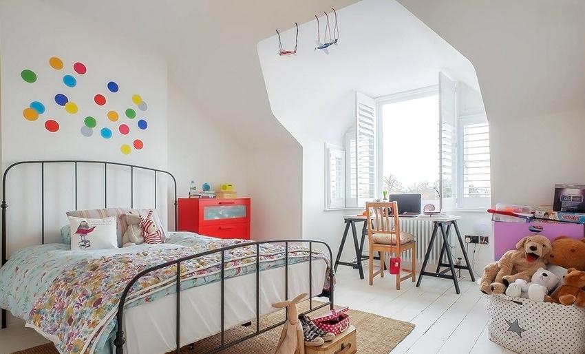 Независимо от выбранного стиля оформления, каждая деталь мебели в детской комнате для девочки должна отличаться изяществом и совершенством