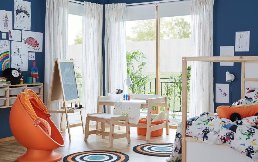 Для ребенка младшего школьного возраста лучше разместить стол в детской комнате у окна