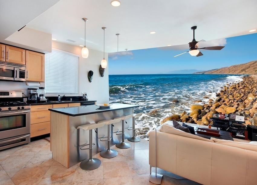 В монохромном интерьере кухни лучше использовать красочные яркие панорамы, а в пестром – спокойные и невыразительные