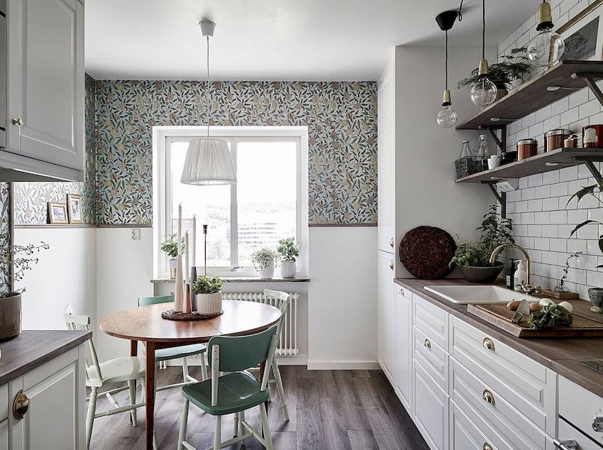 Если кухонный гарнитур белого цвета, необходимо отказаться от светлых обоев