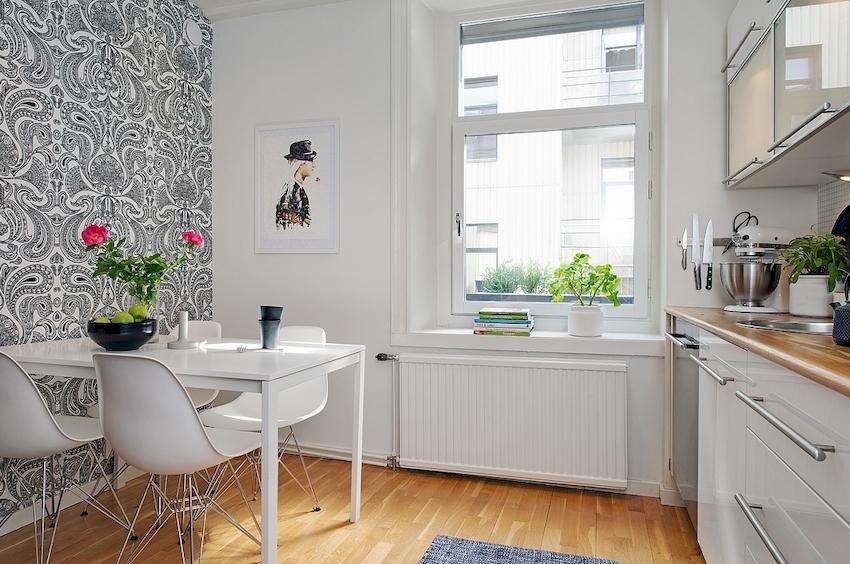 Если кухонный гарнитур имеет глянцевый фасад, покрытие стен должно отличаться матовой текстурой