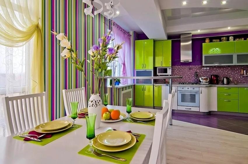 Зеленый гарнитур лучшим образом выделяется на белом, стальном, синем или другом фоне холодной цветовой гаммы