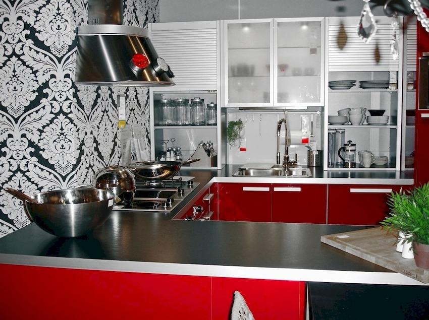 Кухонный винил является наиболее прочным, плотным, стойким к истиранию и механическим воздействиям, выдерживает грубую чистку щеткой и абразивными средствами