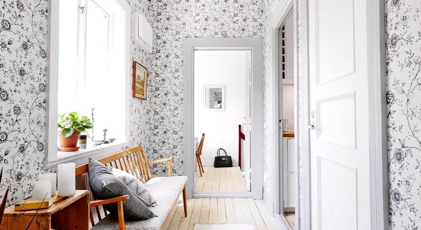 Фактурные покрытия на стенах также позволят увеличить небольшую комнату