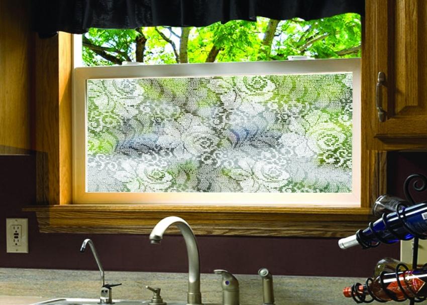 Матовые стекла, витражи, экраны, наклейки – есть масса способов избавиться от надоевших штор и жалюзи