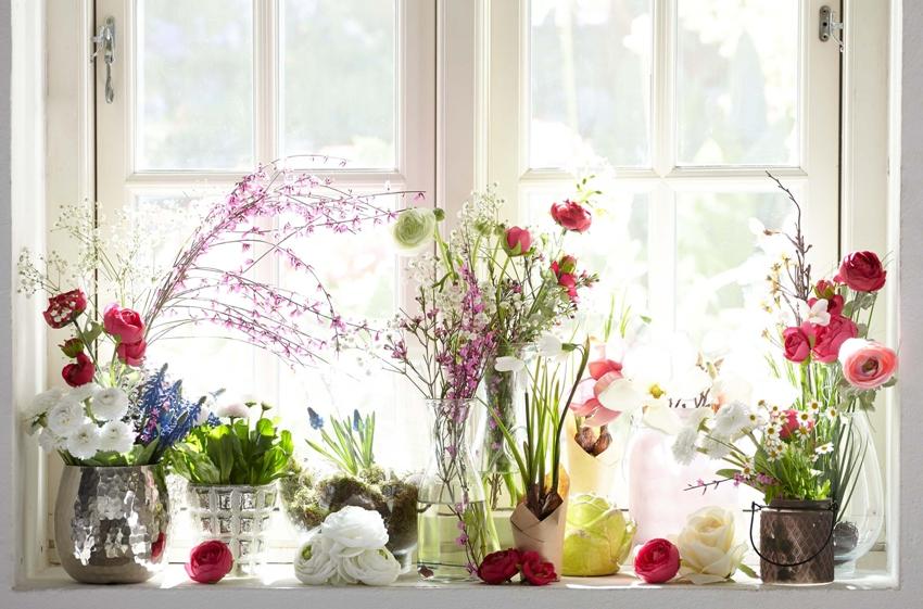 Живой декор на подоконнике кухни, может здорово украсить окно без штор
