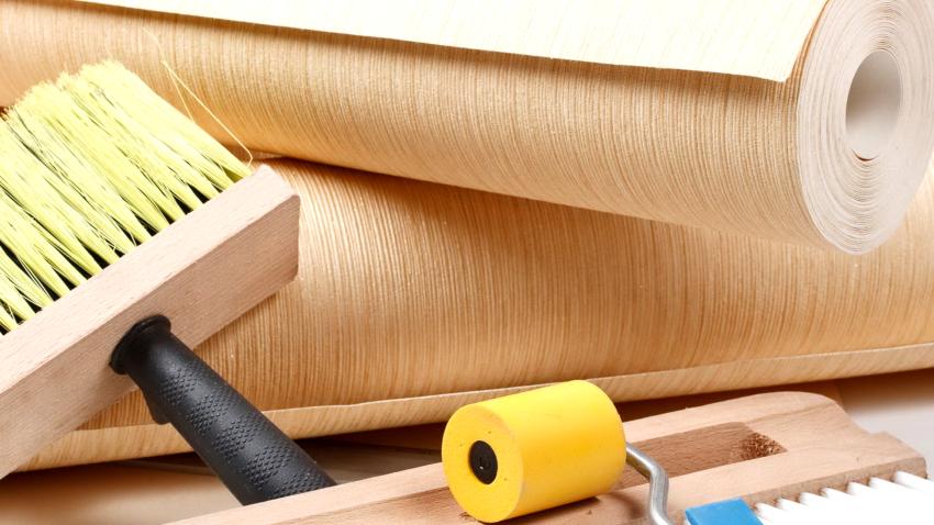 Этап подготовки включает: приобретение обоев, подбор инструментов, покрытие полов, очистку стен