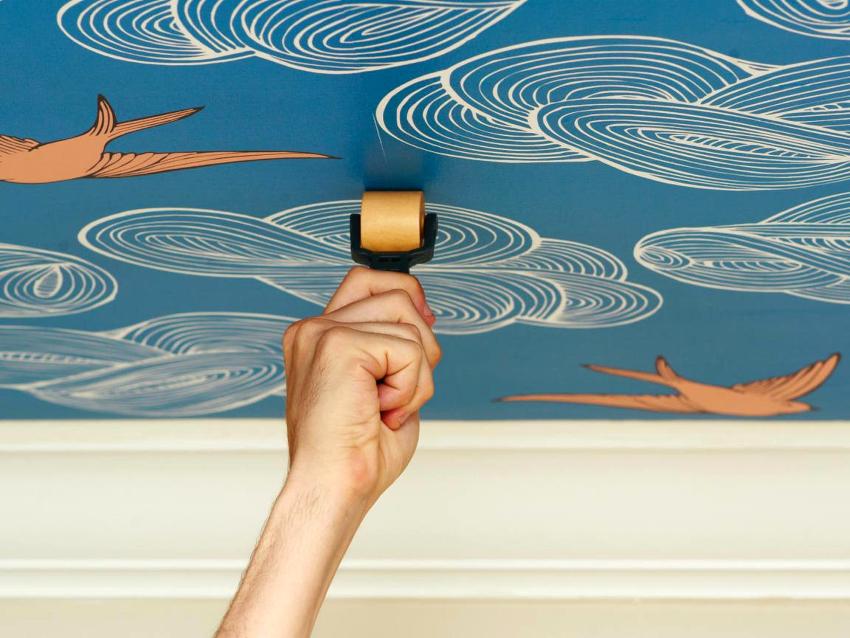 Отделка потолка имеет два метода поклейки обоев: от стены и от центра