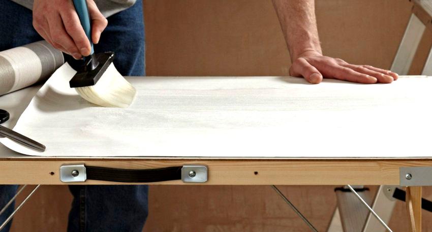 Нанесение клеевого состава одновременно на стены и полотна может привести к осложнениям в работе