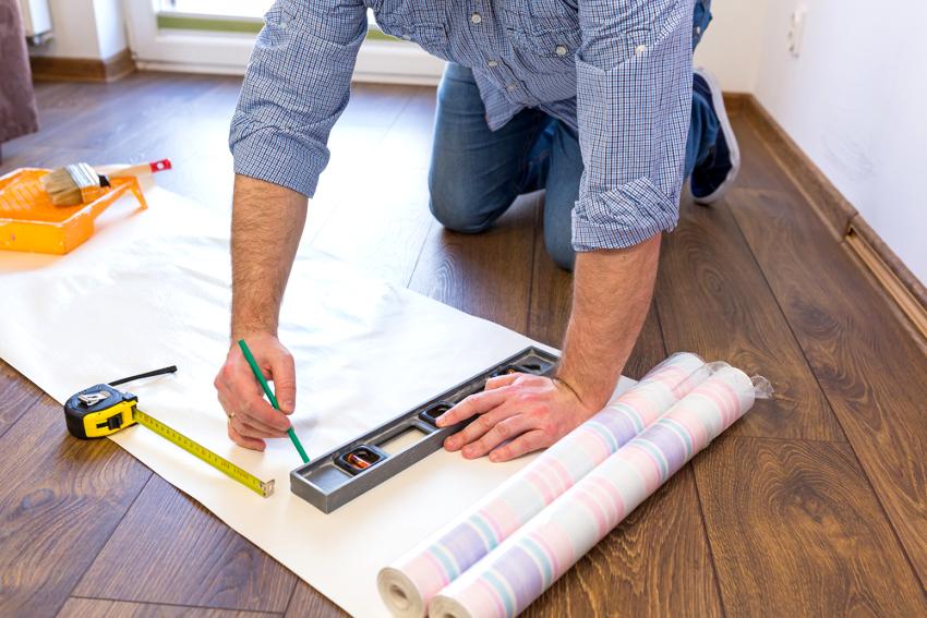 Для поклейки обоев в коридоре желательно использовать специальный состав с повышенной клейкостью