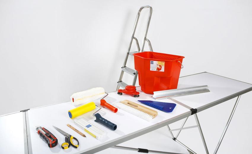 Для поклейки обоев понадобится определенный набор инструментов, состоящий из предметов, которые чаще всего есть в любом доме